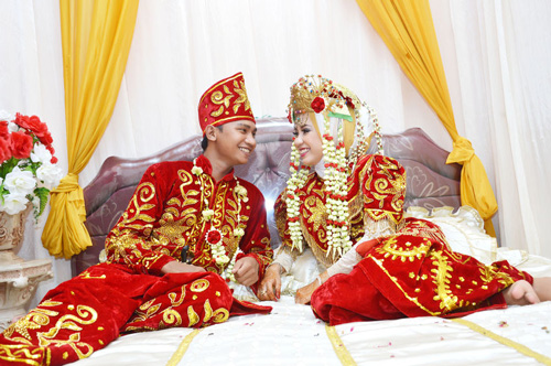 Indonesian bridal couple